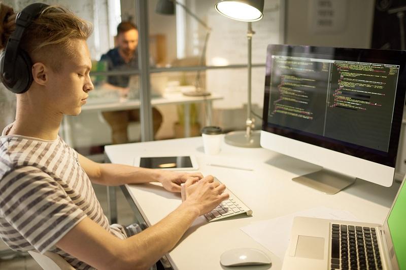 Czy w IT pracę może znaleźć tylko programista?