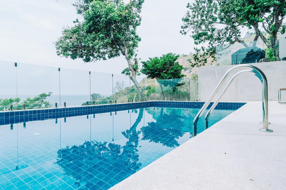 Czyszczenie basenu z osadu